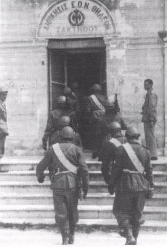 Cefalonia_-_I_paracadutisti_entrano_nella_gendarmeria_b